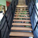 Après : Pose marche en bois Escalier dans école à Sarecelle