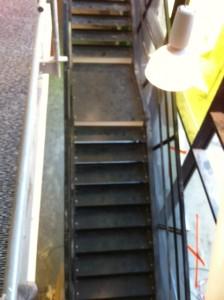 Avant : Escalier métallique  dans école à Sarecelle